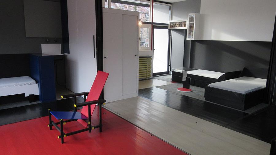 Blick ins Innere mit dem bekannten Rot-Blauen-Stuhl Rietvelds