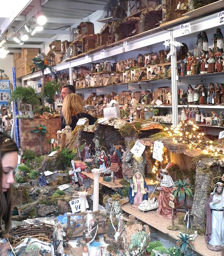 Krippenverkauf auf dem Weihnachtsmarkt in Sevilla